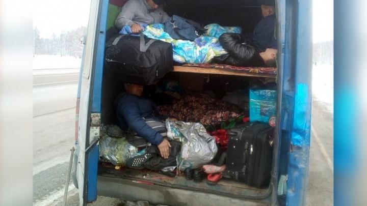 Разложились по полочкам: на Южном Урале задержали забитый доверху нелегалами фургон