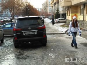 Водитель Lexus считает, что может бросать свой джип на тротуаре.