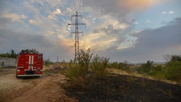 Под Волгоградом возобновился крупный пожар рядом с Гумраком