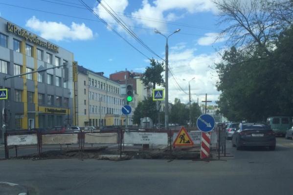 Новую дорогу теперь не разглядеть за раскопками