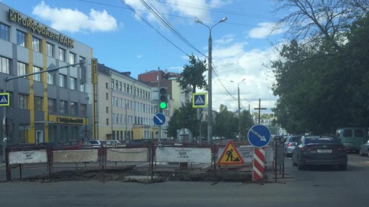 В Ярославле раскопали дорогу с новым асфальтом
