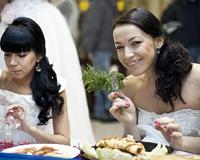 Невесты пекли необычные блины и примеряли золотые украшения