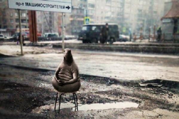 Ярославцы посадили знаменитого Ждуна на стул в яму на Авиаторов