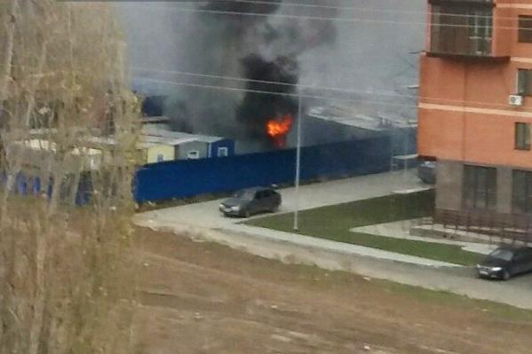 По предварительной информации, горит бытовка возле многоэтажки
