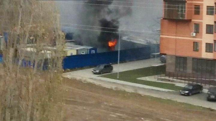 На Северном разгорелся пожар на территории жилого комплекса «Норд»