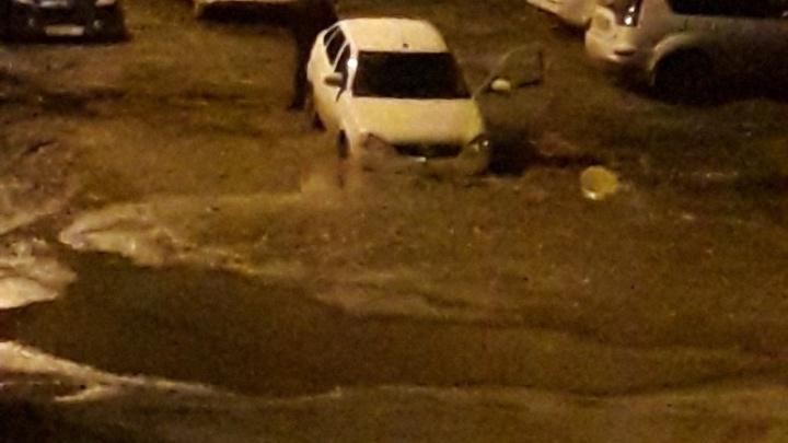 В Волгограде в прикопанные траншеи вновь «засасывает» автомобили