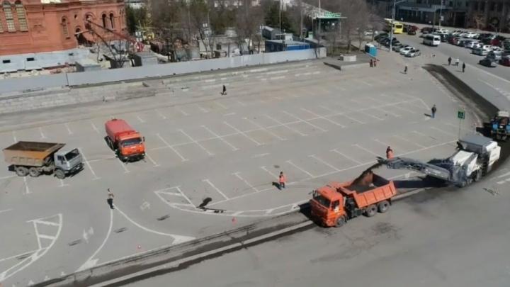 Разбитую дорогу в центре Волгограда закатывают в новый асфальт