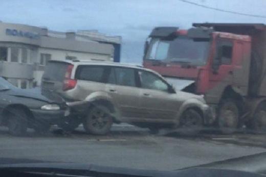 В столкновении четырех машин на трассе Тюмень–Омск пострадал пешеход и водители