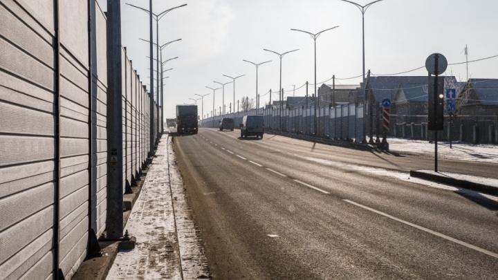Шоссе Авиаторов в Волгограде накануне праздника начали очищать от грязи