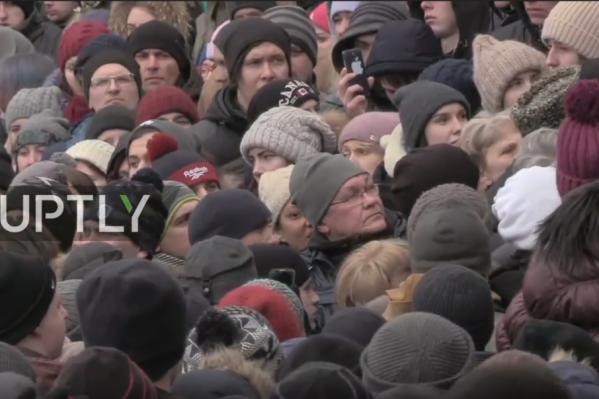 Кадр из прямой трансляции. На митинг пришли не только родственники погибших, но и неравнодушные горожане