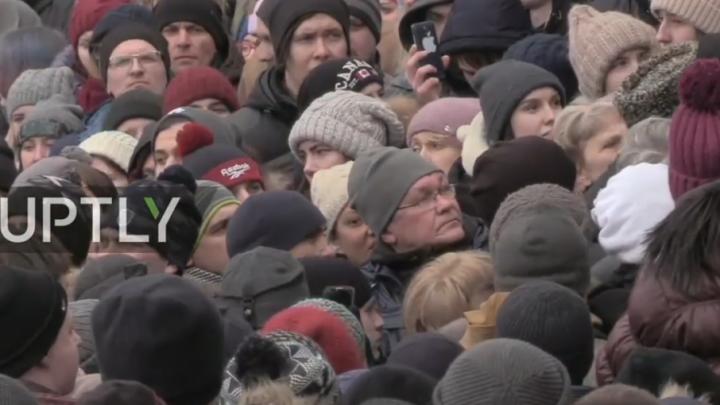 Тысячи человек вышли на митинг в Кемерово: «Когда мы сможем забрать тела наших погибших детей?»