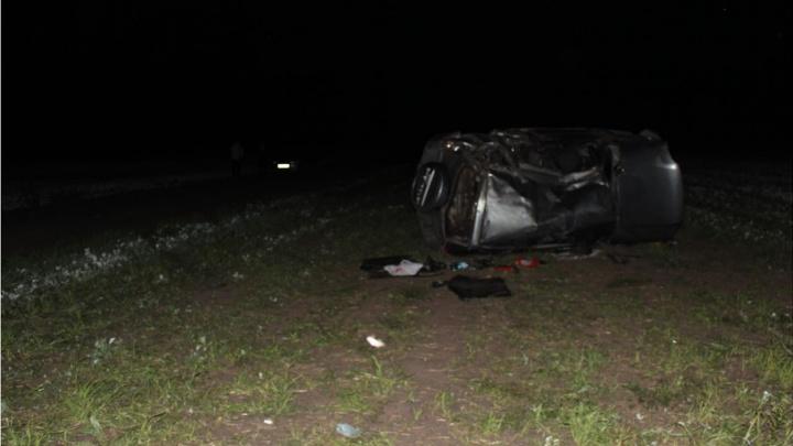 Трагедия в Тюменской области: на грунтовой дороге опрокинулось авто с тремя юношами, 17-летний парень погиб