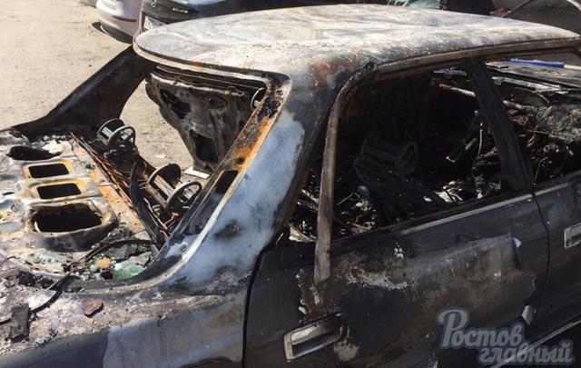 В Ростове на Мечникова злоумышленники сожгли иномарку
