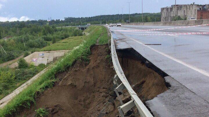 В Перми ливень размыл дорогу у Красавинского моста – движение регулирует наряд ДПС