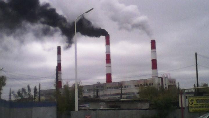 Горит мазут или авария: тюменцы обсуждают, почему из трубы ТЭЦ-1 валит черный дым