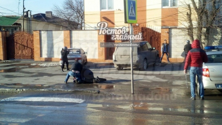 В Ростове на проспекте Стачки мужчина с ножом бросается на прохожих: есть пострадавшие