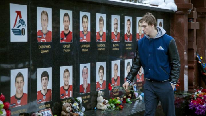 Игроки «Салавата Юлаева» сходили на мемориал памяти «Локомотива» перед матчем в Ярославле