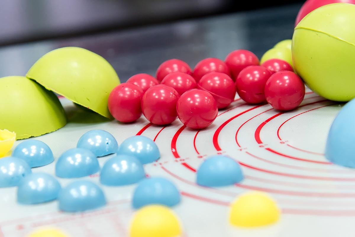 Шоколадные шарики часто украшают детские торты