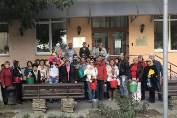 Жители ДНТ приехали в офис «Водоканала» с пустыми ведрами