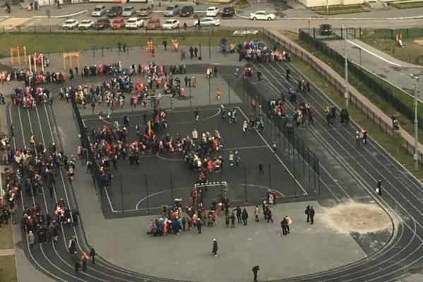 На фотографии запечатлена эвакуация в 94-й школе