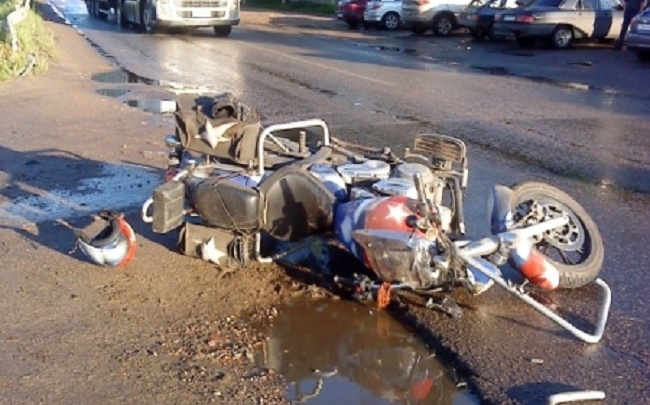 Подробности аварии с мотоциклом в Угличе: водитель и пешеход попали в больницу