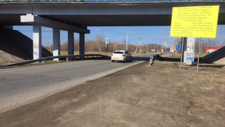 Выровняют покрытие и укрепят обочины: на выезде из Краснокамска начали ремонтировать участок трассы М-7