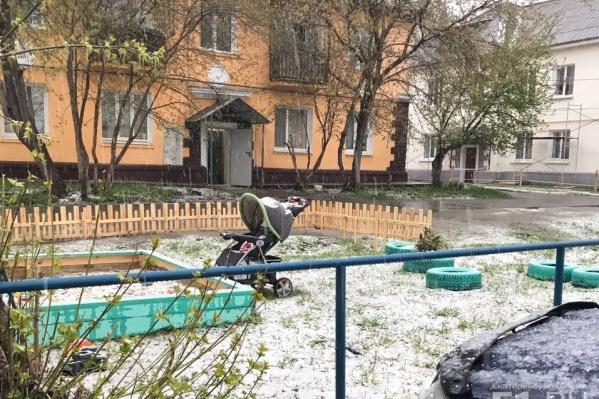 Жители города спрятались под крышу, чтобы переждать снегопад с градом.