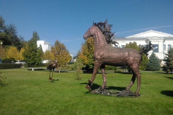 Скульптуры простоят на зеленой лужайке на протяжении месяца