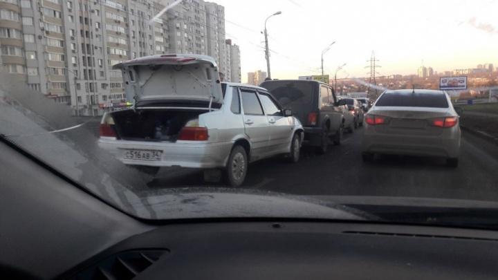 В Волгограде Вторую Продольную заблокировал «паровозик»