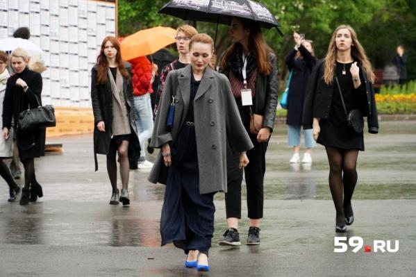 Несмотря на дождь, публика торопилась на открытие фестиваля