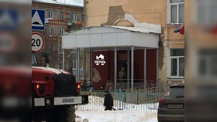 В Перми эвакуировали учеников и учителей химико-технологической школы