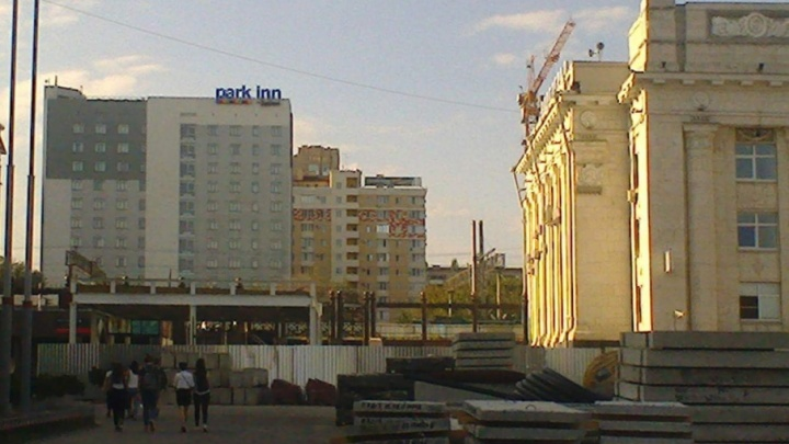 В Волгограде требуют запретить строительство «уродливой коробки» у железнодорожного вокзала
