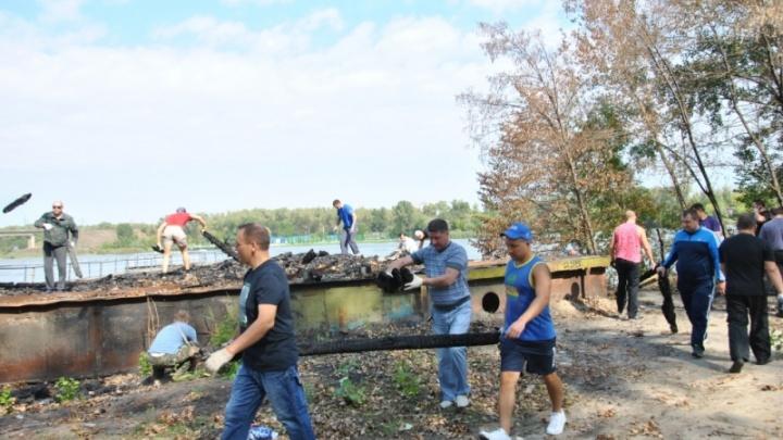 Спасатели провели субботник на месте сгоревшего дебаркадера