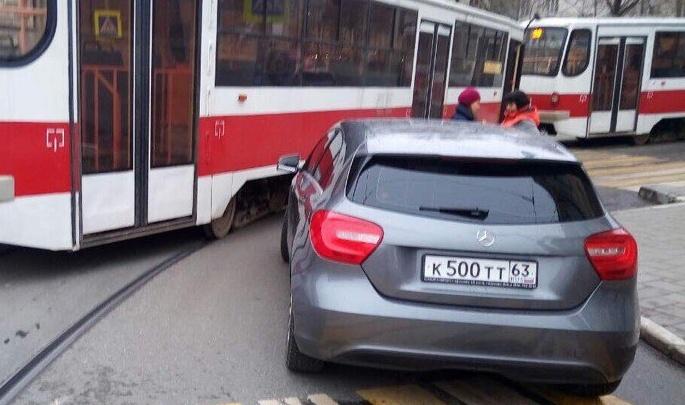 В центре Самары «Мерседес» залетел под трамвай