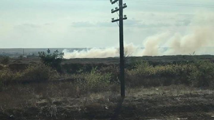 Пожарные тушат горящую свалку в Дубовском районе