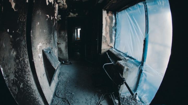 Черные от копоти квартиры, цветы погибшему и брошенные кошки: мы побывали внутри сгоревшего дома на Олимпийской