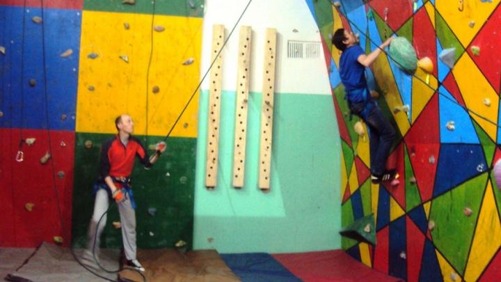 Трудные подростки из Котласа боролись со страхами на скалодроме