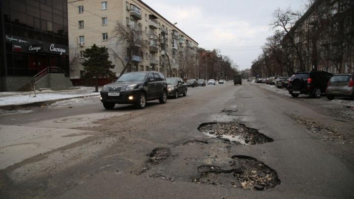 Новый асфальт в центре Волгограда ушел вслед за огромными лужами