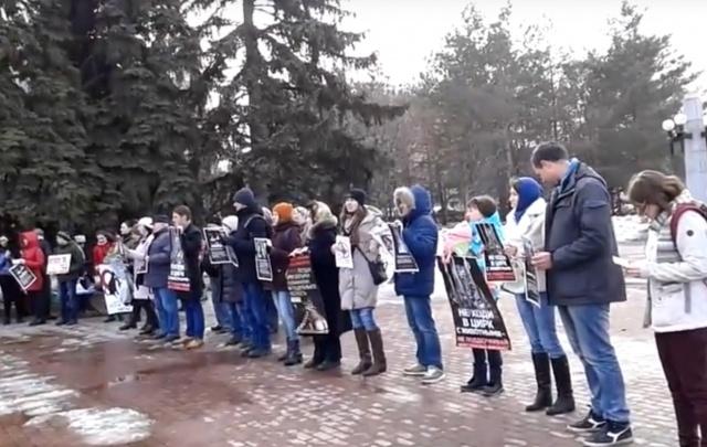 Несколько десятков челябинцев вышли на пикет в защиту животных