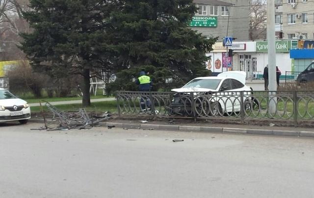 На площади 2-й Пятилетки Hyundai протаранил дорожное ограждение