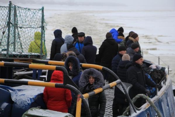 Перевозка людей на острова ледовыми буксирами сегодня обходится городу в 100 млн рублей в год