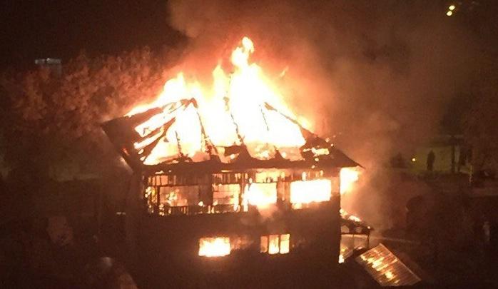 Сгорел за 15 минут: поздно вечером на Полевой вспыхнул двухэтажный дом