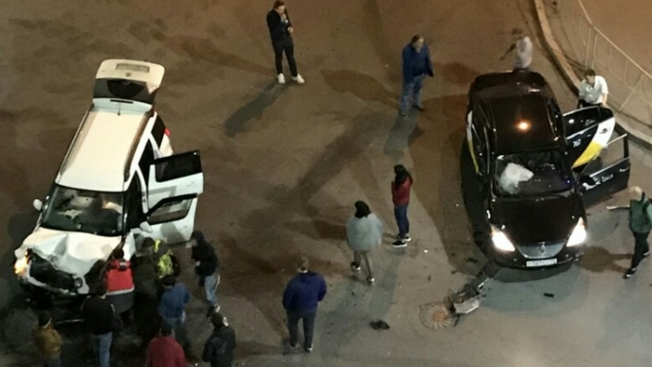 В центре Тюмени ночью столкнулись два такси: один из водителей копался в телефоне