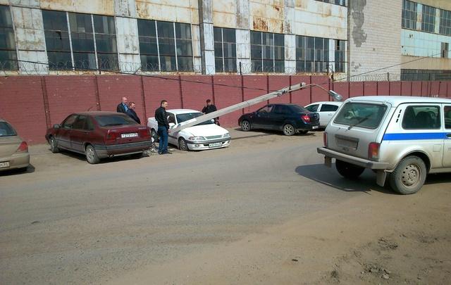 В Волгограде на припаркованную автомашину рухнул осветительный столб