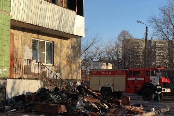 Пожар начался на балконе квартиры на втором этаже, где жили супруги