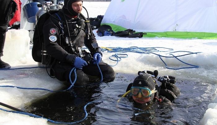 Мэр Рыбинска нырнул и вытащил из-подо льда водохранилища монастырскую ограду