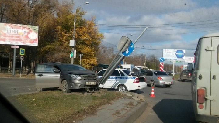 На Первой Продольной во время аварии иномарка снесла дорожные знаки