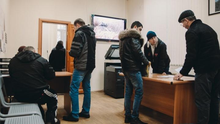 Тюменцы массово сдают старые водительские права из-за слуха о введении экзамена при их замене
