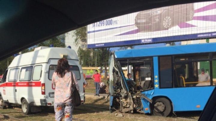В Самаре на Антонова-Овсеенко 35-й автобус вылетел на тротуар и снес столб