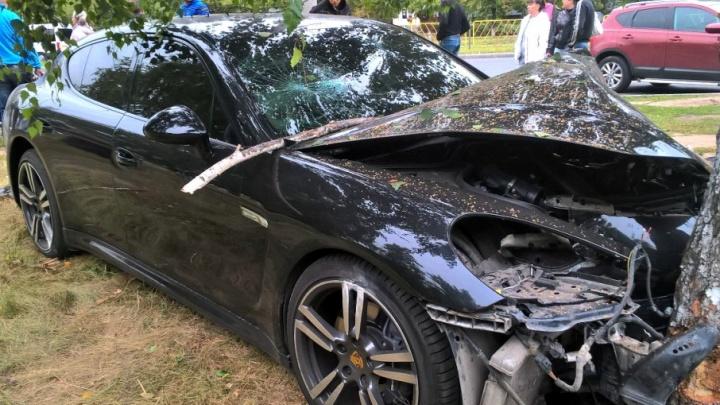 В Тольятти Porsche Panamera «обнял» березу после столкновения с Ford